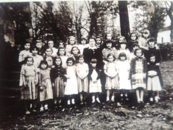 """A nosa nai é a 4ª pola esquerda na fila de diante. Estaban coa moza veciña """"axudanta"""" da mestra que se encargada do grupo das nenas pequenas."""