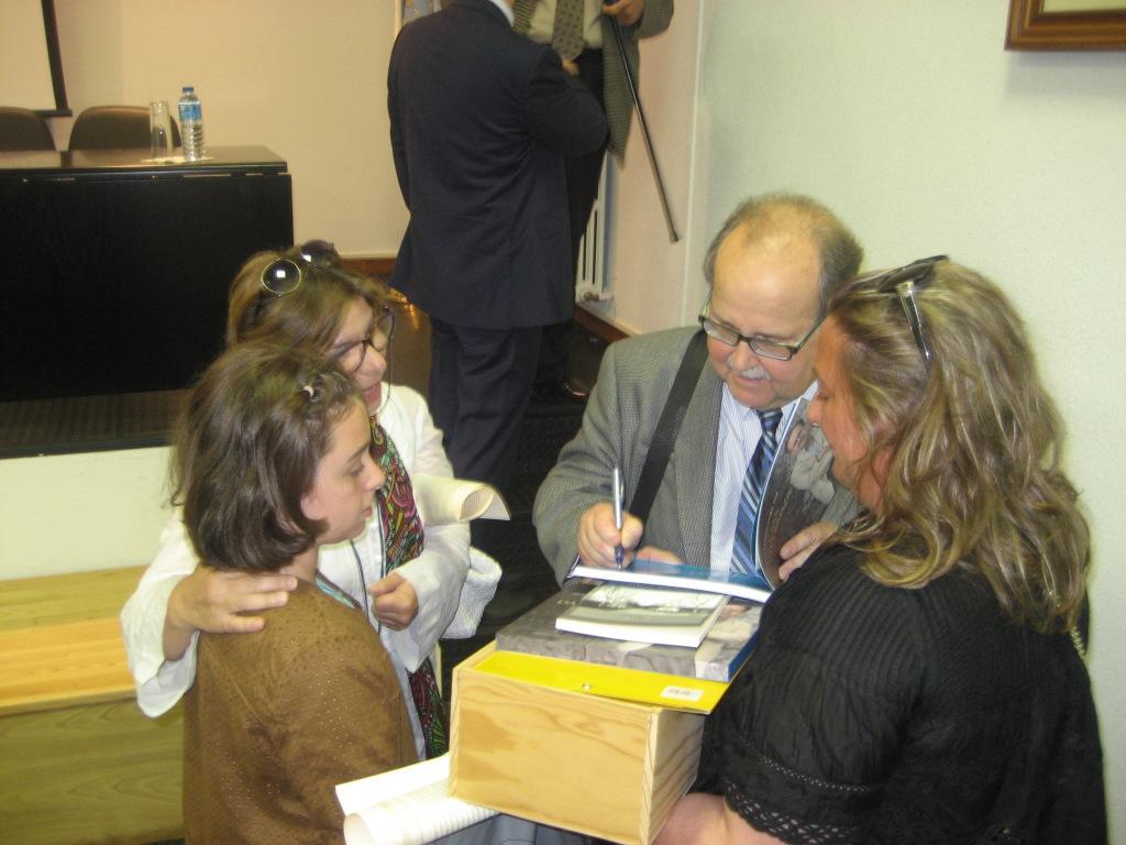 Agustín Fernández Paz, asínándolle un exemplar do libro a Casilda